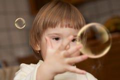 I piccoli giochi della ragazza con le bolle di sapone Immagini Stock Libere da Diritti