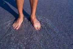 I piedi degli uomini sui ciottoli Immagine Stock Libera da Diritti