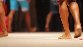 I piedi dei culturisti maschii che camminano in scena, gambe di forma fisica contestano i partecipanti stock footage