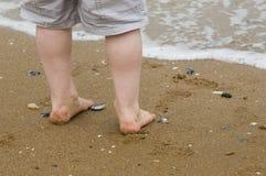 i piedi del bambino dal litorale Immagini Stock