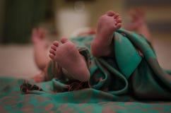 I piedi del neonato a letto si chiudono su Concetto 'nucleo familiare' felice Bella immagine concettuale di maternità Utile come  Fotografia Stock Libera da Diritti