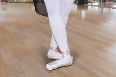 I piedi della giovane donna ballano nella classe di balletto fotografia stock libera da diritti