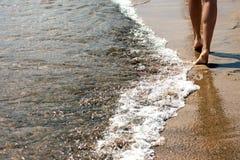 I piedi della ragazza dal mare Immagini Stock Libere da Diritti