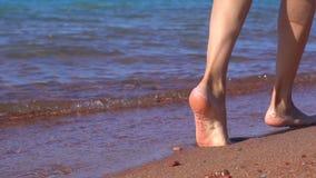 I piedi delle donne dal mare stock footage