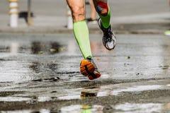 I piedi di corridore degli uomini calzini della compressione Fotografia Stock