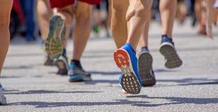 I piedi di Runnesr appoggiano la corsa su azione dell'asfalto Immagine Stock Libera da Diritti