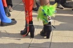 I piedi femminili con i talloni Immagini Stock