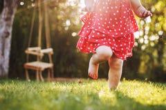 I piedi nudi della bambina nell'erba fotografie stock libere da diritti