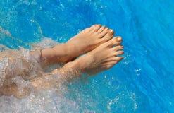 I piedi nudi della donna sullo stagno innaffiano Fotografia Stock Libera da Diritti