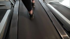 I piedi sulla pedana mobile stanno camminando velocemente archivi video