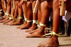 I piedini del Naga scherzano durante il festival del Hornbill fotografie stock
