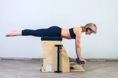 I pilates combinati di wunda presiedono la ginnastica di yoga di forma fisica della donna Immagini Stock Libere da Diritti
