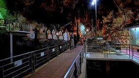 I pilgrins in caverna con le statue di Buddha, Myanmar di Pindaya archivi video