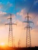 I piloni d'acciaio della torre del cavo della posta ad alta tensione di potere nel colore d'annata crepuscolare di scena del tram Fotografie Stock