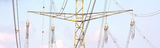 I piloni dell'elettricità su si chiudono fotografia stock