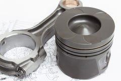 I pistoni e le bielle si trovano sul piano del manovellismo di un motore a combustione interna Fotografia Stock
