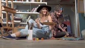 I pittori discutono i colori e le spazzole archivi video
