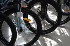 I pneumatici della bici e spinge dentro una fila Fotografie Stock Libere da Diritti