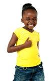 I pollici aumentano la ragazza afroamericana fotografia stock libera da diritti