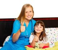 I pollici del piccolo paziente su Immagini Stock