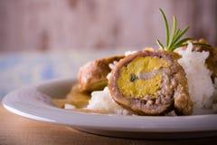 I polpettoni hanno riempito dalle uova di riso sul piatto e sul bordo di legno Fotografia Stock Libera da Diritti