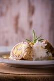 I polpettoni hanno riempito dalle uova e dal formaggio di riso sul piatto e sul bordo di legno Fotografia Stock Libera da Diritti