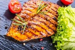 I pomodori ciliegia dell'olio d'oliva del petto di pollo della bistecca pepano e le erbe dei rosmarini Immagine Stock Libera da Diritti