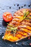 I pomodori ciliegia dell'olio d'oliva del petto di pollo della bistecca pepano e le erbe dei rosmarini Immagini Stock Libere da Diritti