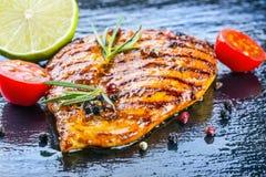 I pomodori ciliegia dell'olio d'oliva del petto di pollo della bistecca pepano e le erbe dei rosmarini Immagine Stock