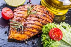 I pomodori ciliegia dell'olio d'oliva del petto di pollo della bistecca pepano e le erbe dei rosmarini Fotografia Stock Libera da Diritti