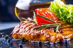 I pomodori ciliegia dell'olio d'oliva del petto di pollo della bistecca pepano e le erbe dei rosmarini Fotografia Stock
