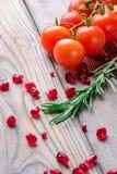 I pomodori ciliegia ed i rosmarini Immagini Stock