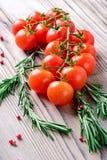 I pomodori ciliegia ed i rosmarini Immagini Stock Libere da Diritti