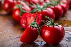 I pomodori ciliegia freschi hanno lavato l'acqua pulita Tagli i pomodori freschi Fotografie Stock Libere da Diritti