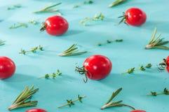 I pomodori ciliegia modellano con i rosmarini ed il timo Immagini Stock Libere da Diritti