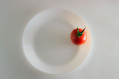 I pomodori di un pomodoro sulla vista superiore del piatto bianco Immagini Stock