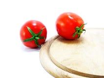 I pomodori e wodden la lavagna per appunti Fotografie Stock Libere da Diritti