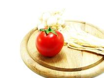 I pomodori e wodden la lavagna per appunti Immagine Stock