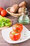 I pomodori freschi al forno con formaggio ed il pollo egg su un piatto Immagine Stock