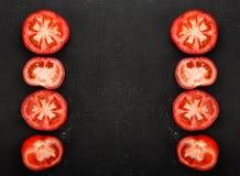 I pomodori rossi hanno tagliato a metà ai left and right del telaio Ortaggi freschi, spazio della copia fotografie stock
