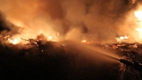 I pompieri estinguono una fiamma di fuoco video d archivio
