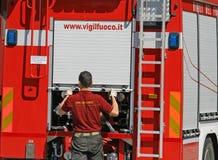 I pompieri nell'azione apre un camion con attrezzatura Fotografie Stock Libere da Diritti