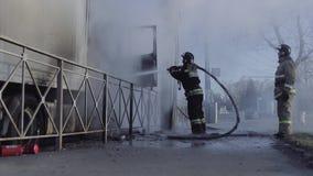 I pompieri russi estinguono un camion video d archivio