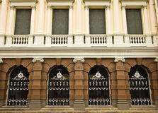 I portelli ed il balcone nel grande palazzo Fotografia Stock