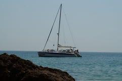 """I Portoghesi abbelliscono - la barca, mare ed oscillano il †""""il sud del Portogallo immagini stock libere da diritti"""