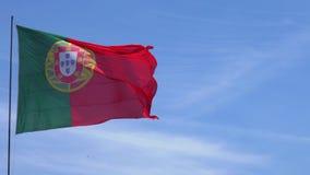 I Portoghesi inbandierano l'ondeggiamento davanti al cielo blu archivi video