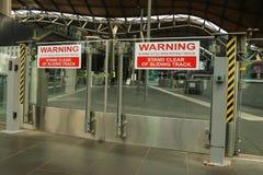 I portoni di scivolamento aprono senza preavviso il segnale di pericolo ad una stazione ferroviaria Immagini Stock Libere da Diritti