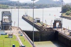 I portoni ed il bacino di Miraflores chiude il canale di Panama a chiave Fotografia Stock
