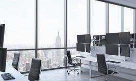 I posti di lavoro di un commerciante moderno in un ufficio moderno luminoso dello spazio aperto Tavole bianche fornite delle staz Fotografie Stock Libere da Diritti