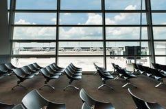 I posti vuoti interni della partenza bighellonano all'aeroporto, rifugio con le sedie Immagini Stock